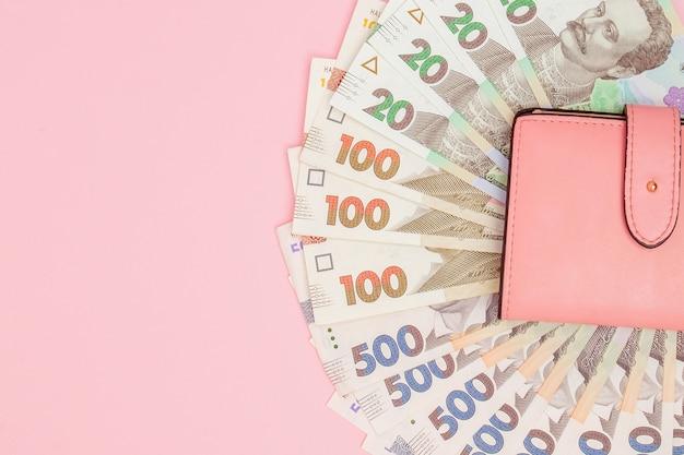 지갑에 돈 우크라이나 그 리브 나 지폐를 계산합니다.