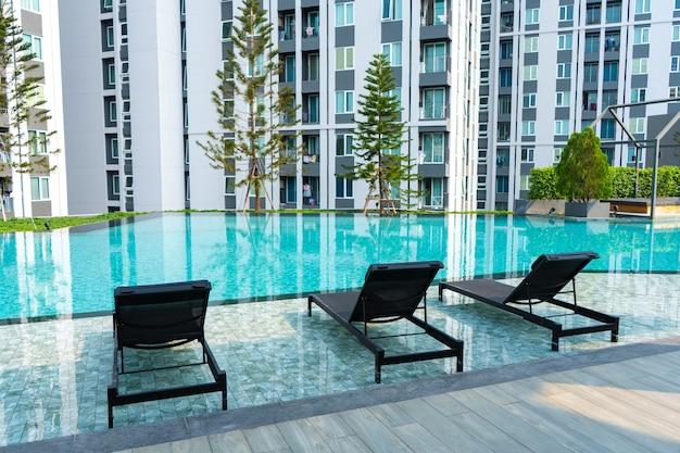 현대적인 콘도미니엄 주거 단지에 수영장이 있는 레크리에이션 지역입니다. 사무이 , 태국 - 02.08.2020