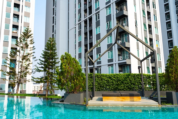 현대적인 콘도미니엄 주거 단지에 수영장이 있는 레크리에이션 지역
