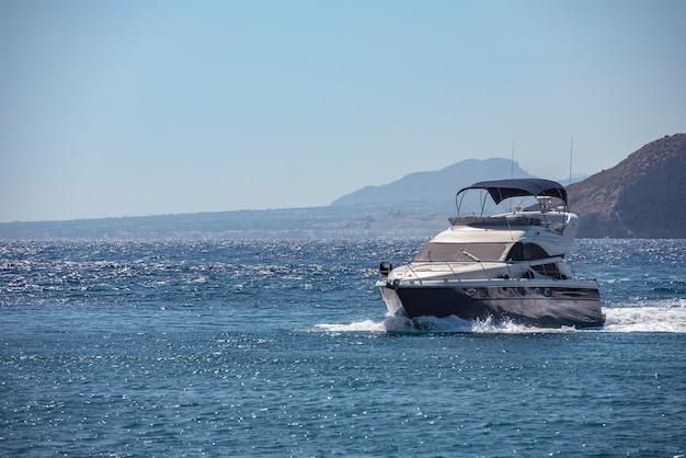 海でセーリングレクリエーションボート