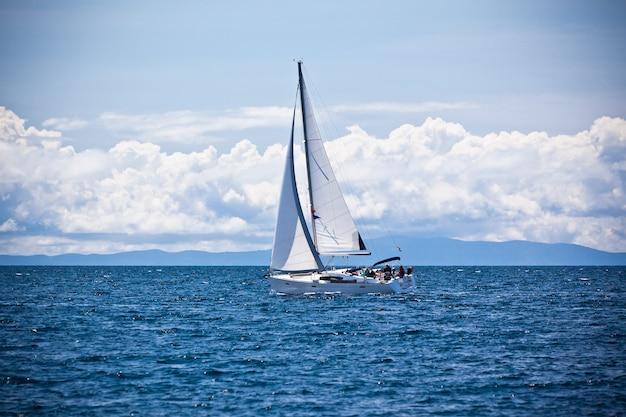 Рекреационная яхта на адриатическом море. горизонтальный солнечный снимок