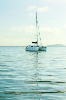 Рекреационная яхта в индийском океане. красивый пастельный рассвет