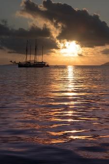 Рекреационная яхта в индийском океане. красивый закат