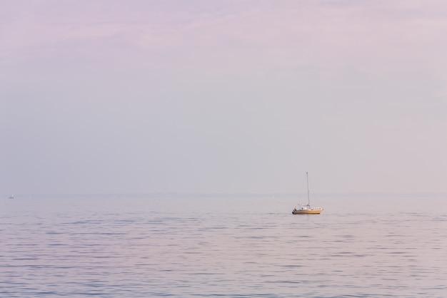 霧深い天候で北海のレクリエーションヨット。フィルターされたショット