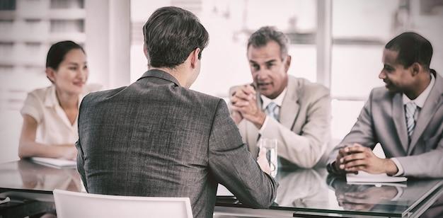 就職の面接中に候補者をチェックする採用担当者