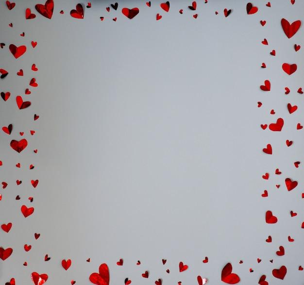 흰색 배경에 고립 된 종이 마음으로 만든 사각형 프레임, 발렌타인 데이 개념