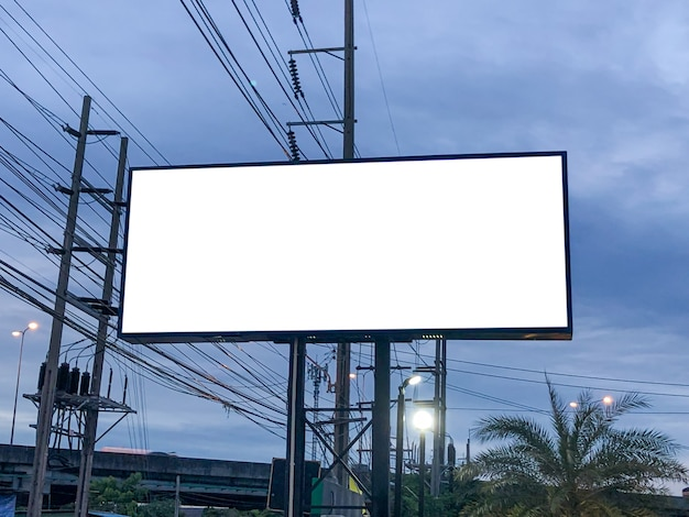 Прямоугольник на пустой рекламный щит и голубое небо, скопируйте пространство на белом экране