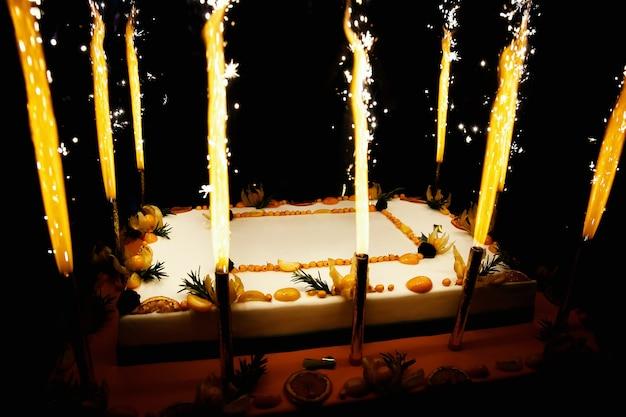 불꽃 놀이 촛불 직사각형 생일 과일 케이크
