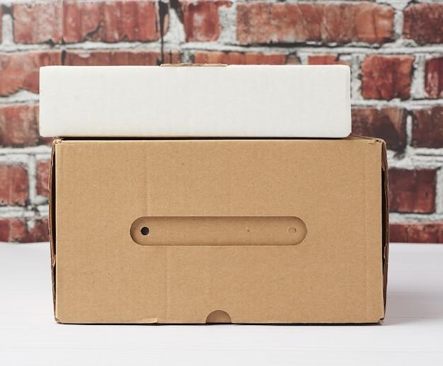 茶色の段ボール製の長方形の箱