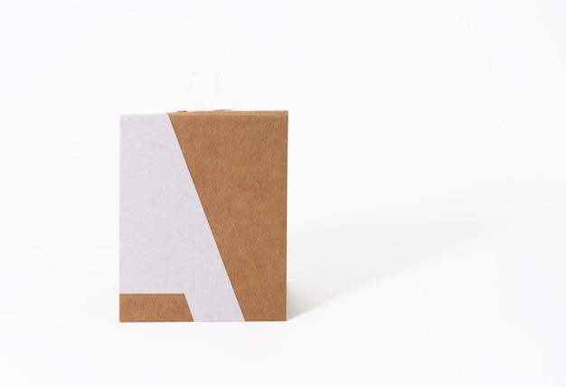 Прямоугольная бирка из коричневой бумаги с крючком для носка на белом фоне
