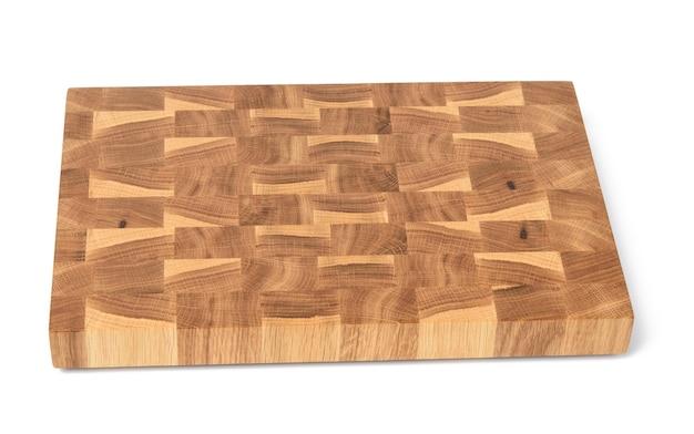 Прямоугольная пустая деревянная коричневая разделочная доска, изолированная на белой поверхности, вид сверху