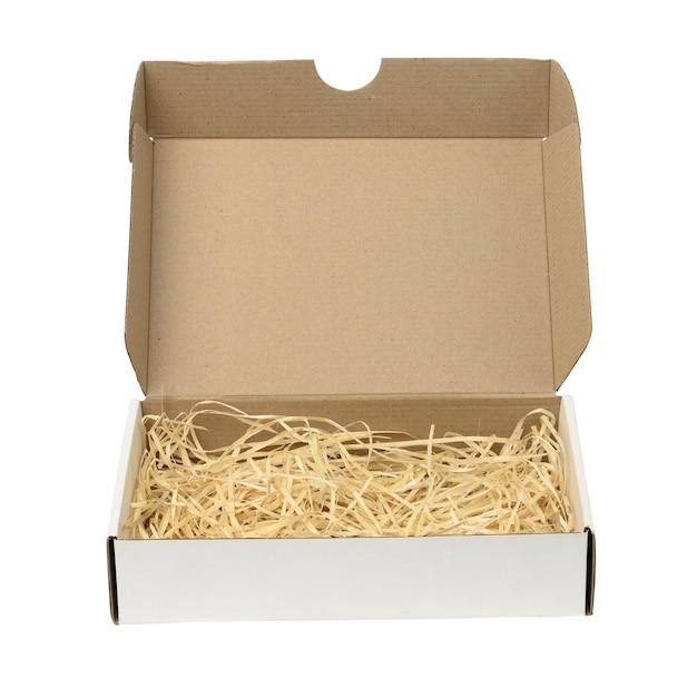 おがくずが入った長方形の開いた段ボール箱。包装、輸送用コンテナ