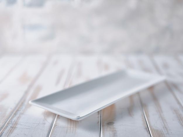 白いテーブルの上の長方形のプレート