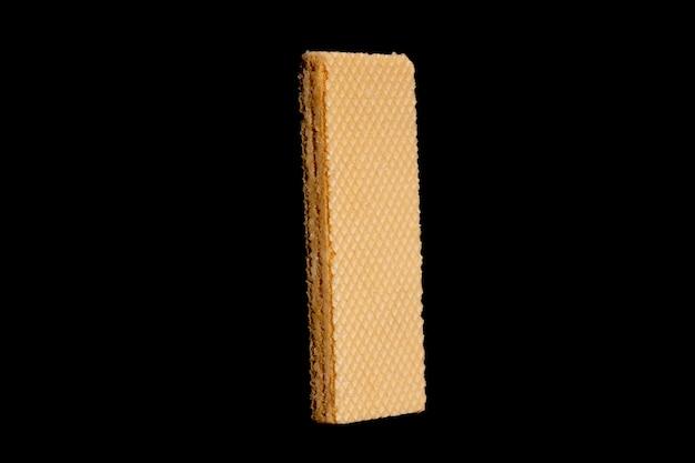 黒の背景に分離された長方形のワッフル。高品質の写真