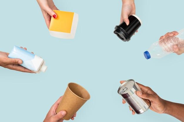 Rifiuti riciclabili mano per la campagna ambientale