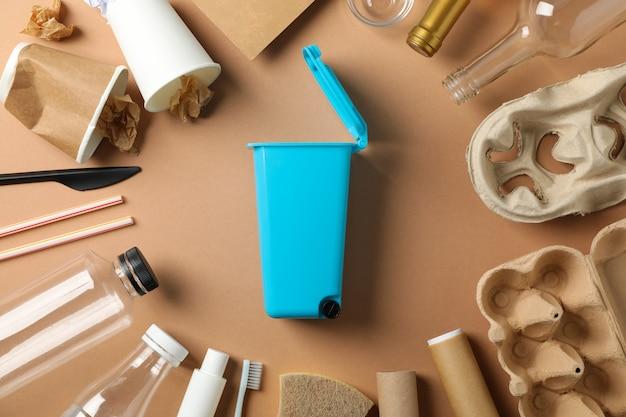 ごみ箱とクラフトの背景、上面の異なるゴミ