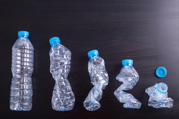 Утилизируйте бутылки, использованные пластиковые банки могут быть переработаны в отходы.