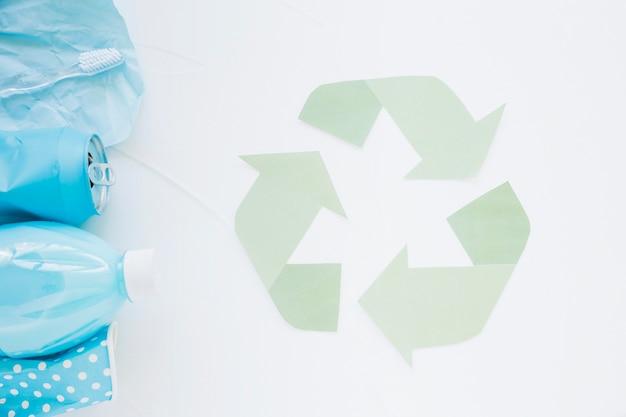다채로운 쓰레기로 로고를 재활용