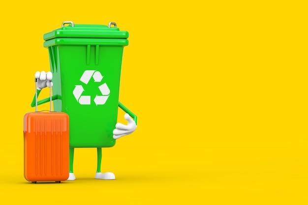 노란색 배경에 주황색 여행 가방이 있는 녹색 쓰레기 쓰레기통 캐릭터 마스코트를 재활용하세요. 3d 렌더링