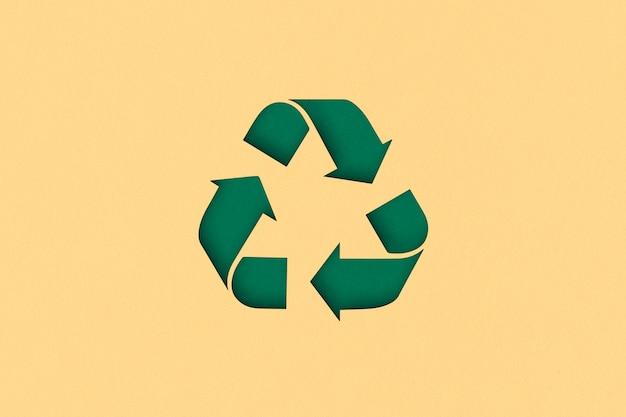 黄色の背景にリサイクルシンボル。上面図またはフラットレイ。