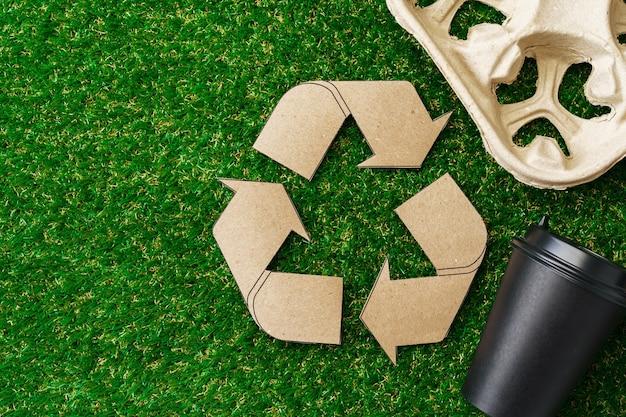 Утилизируйте кофейные чашки и подносы на вынос экологическая концепция