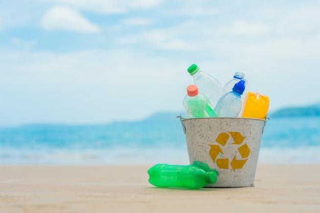 Recycle, корзина с пластиковой бутылкой на пляже