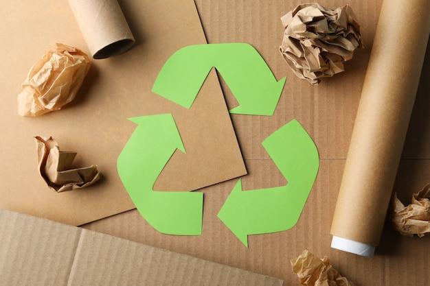 Recycle знак на фоне ремесла с крафт-бумагой, вид сверху