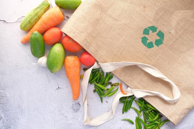 야채와 함께 쇼핑백에 재활용 된 화살표 기호