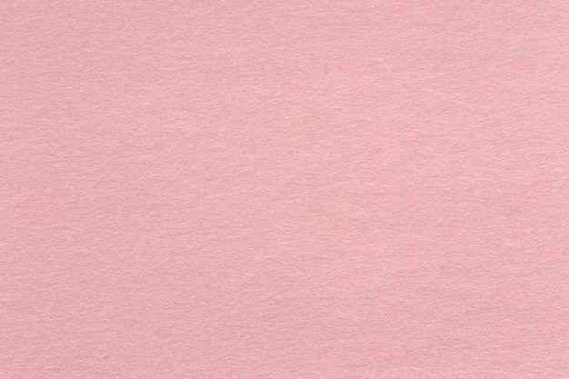 Фон из переработанной крафт-бумаги, текстурированный в светло-розовом цвете старой розы: детальная текстура из переработанного волокна из крафт-бумаги в пастельных тонах. качественная текстура в чрезвычайно высоком разрешении