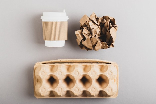 再生紙と段ボールの廃棄物。有機性ゴミ。環境にやさしい