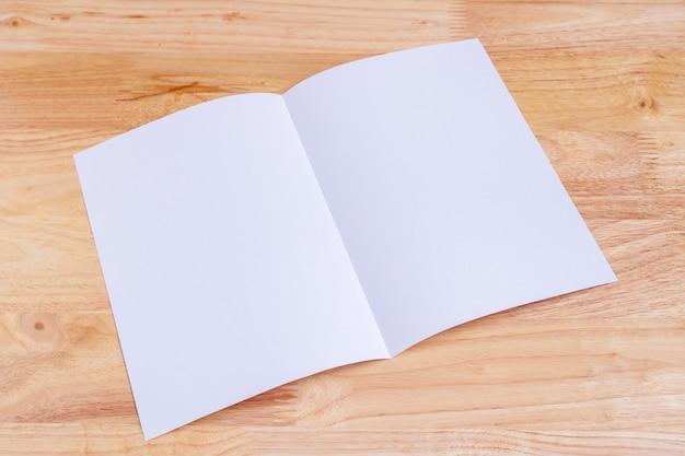 木製の背景のリサイクル紙の本