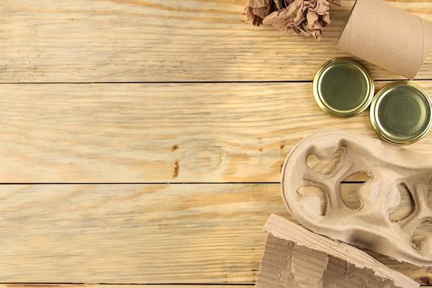 Утилизация отходов. экологическая концепция на натуральном деревянном столе. переработка отходов. вид сверху. место для текста