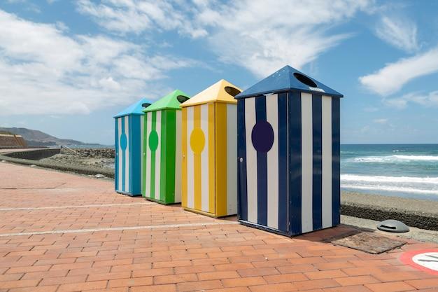 대서양 해변의 여름날 산책로에서 쓰레기통을 재활용합니다.