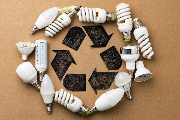 공예 종이에 사용되는 전구로 둘러싸인 재활용 기호