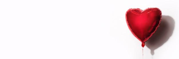 흰색 바탕에 심 혼의 형태로 빨간 공기 풍선. 배너.