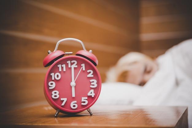 아침에 빨간색 알람 시계, 일하러 갈 시간을 깨워.