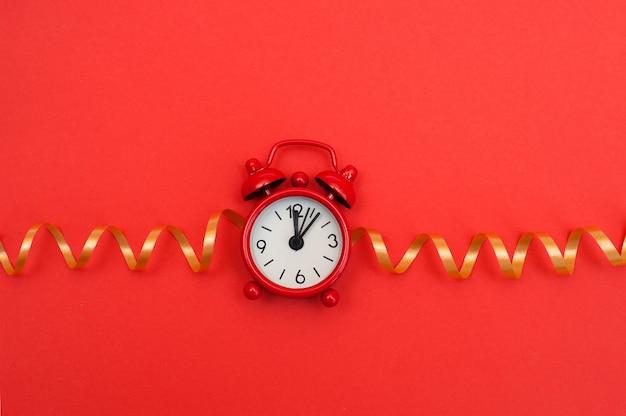 빨간색 바탕에 빨간색 알람 시계