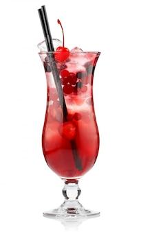 赤いアルコール白で隔離される果実とカクテル