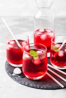 氷とミントの赤いアルコールカクテル