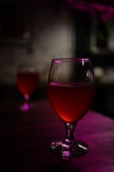 赤いアルコール飲料は贅沢なライフスタイルをクローズアップ