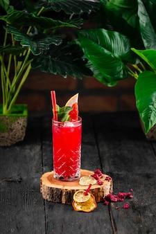Красный алкогольный фруктовый коктейль в стакане