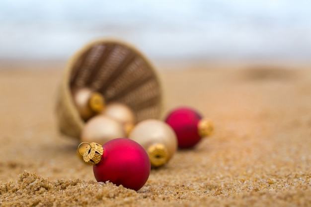 바구니 근처에 흩어져있는 빨간색과 베이지 색 공