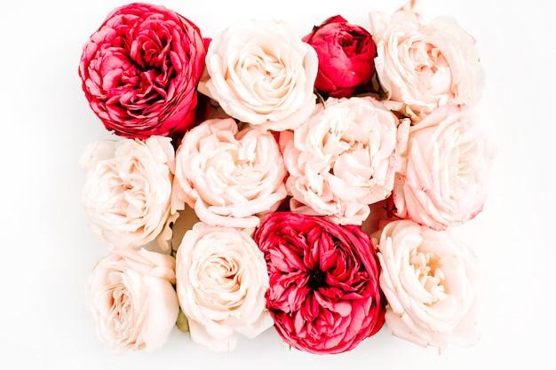 赤とベージュのバラのつぼみの花束。フラットレイ、トップビュー
