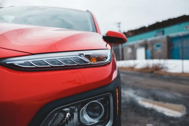 昼間の道路上の赤と黒の車