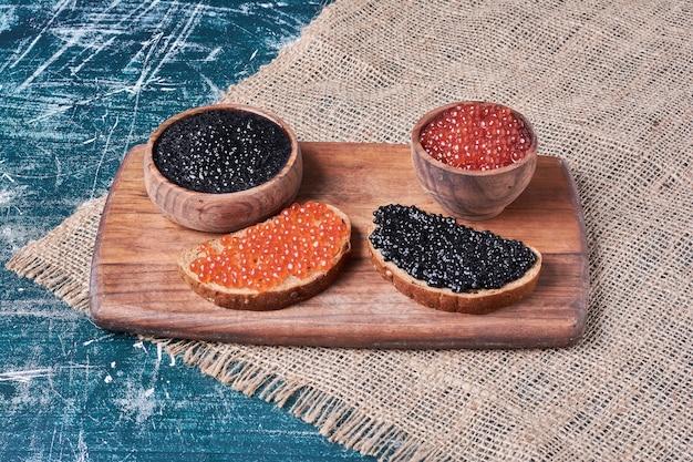 パンのスライスに赤と黒のキャビア。
