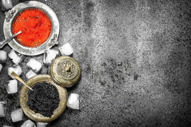 시골 풍 테이블에 얼음으로 빨간색과 검은 색 캐 비어.