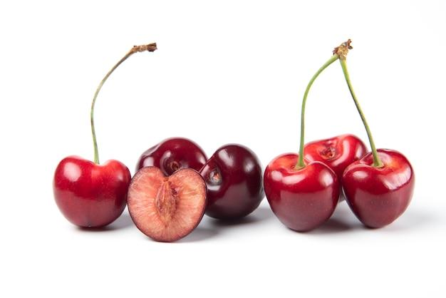Красная и черная вишня на белом фоне