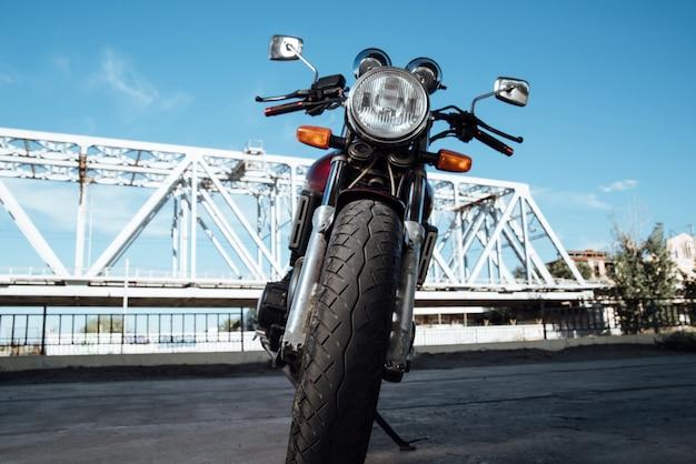 道路上の赤と黒のオートバイ