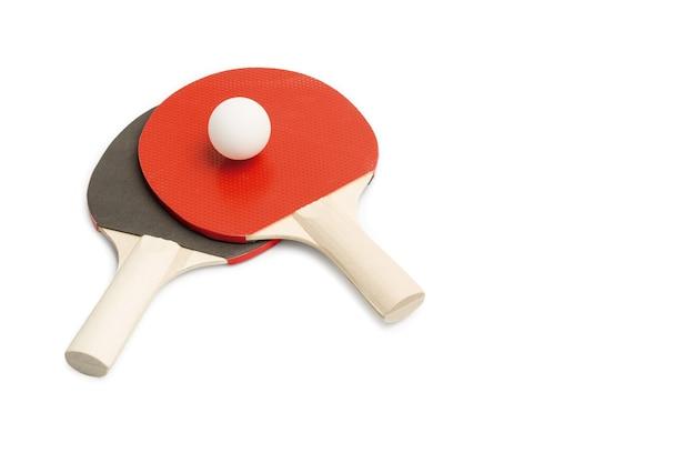 흰색에 흰색 공을 빨간색과 검은 색 탁구 패들