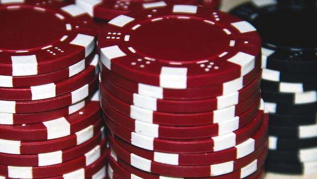 赤と黒のポーカーチップ
